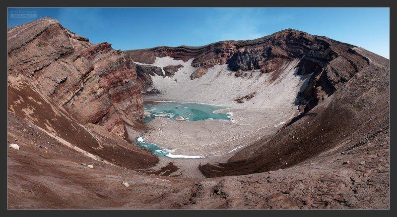 Пресное озеро в кратере вулкана Горелыйphoto preview