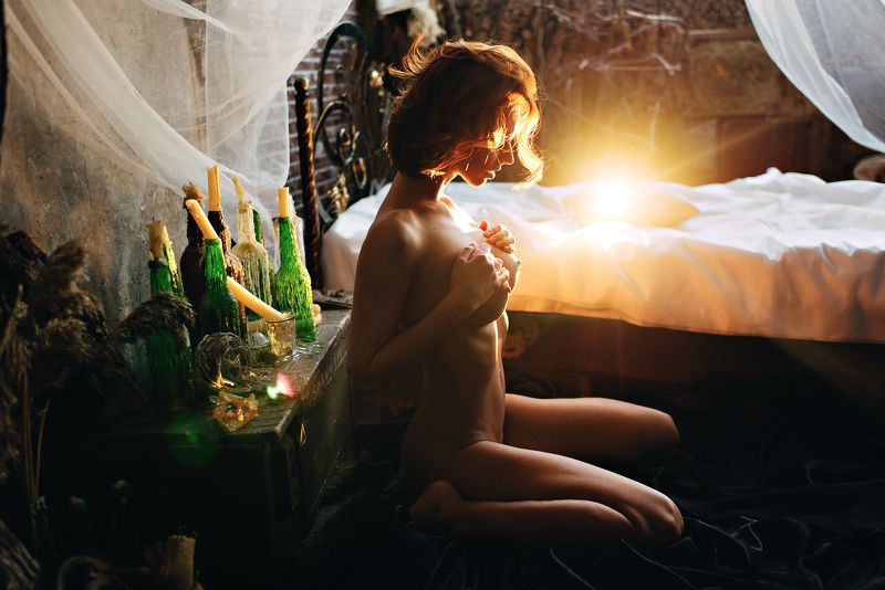 girl, hairs, portrait, sexy, nude, fine art, sun, sunlight, light, loft, chest, green, yellow, worm Nessie Joyphoto preview