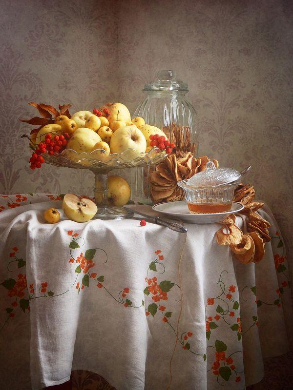 Сельский, натюрморт, желтый, осенний, яблоки, ваз, красный, ягоды, рябина, чашка, мед, льняной, скатерть, интерьер, деревенскй Осенние яблоки и медphoto preview