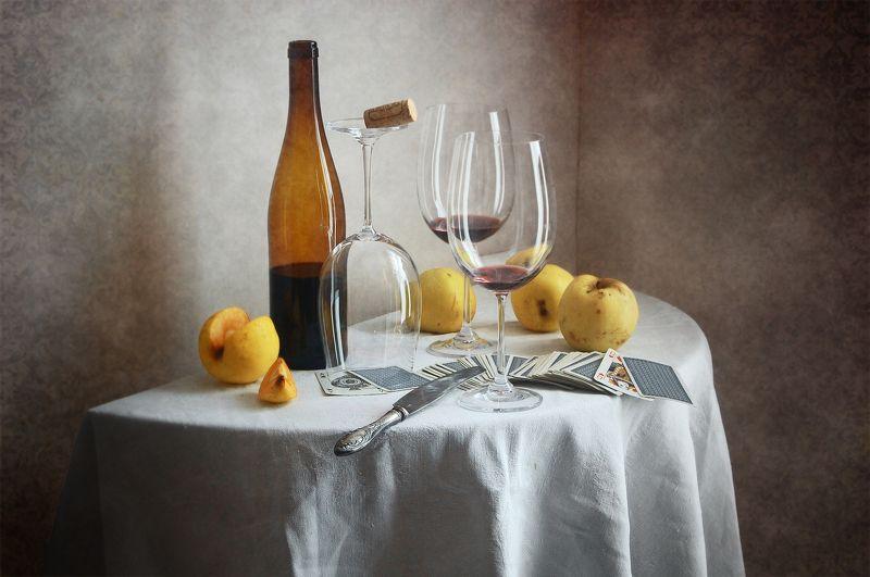 Классический, натюрморт, желтые, осенние, яблоки, бутылка вина, бокал, игральные карты, белый, скатерть, домашний, интерьер Желтые яблоки и бутылка винаphoto preview