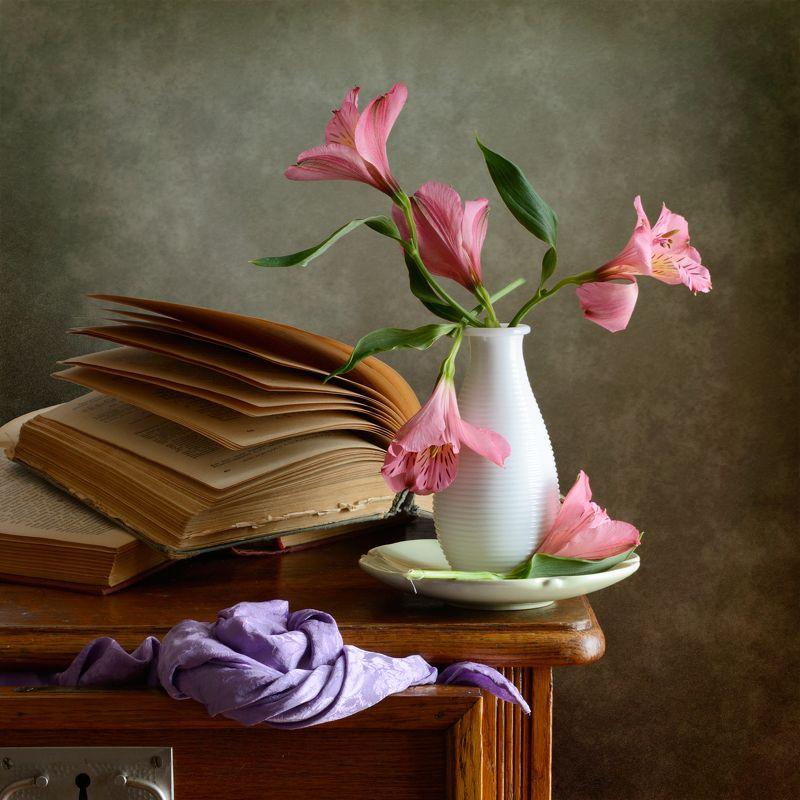 Классический, натюрморт, букет, мелкие, розовые, цветы, белая, ваза, старый, открытый, книга, фиолетовый, драпировка, интерьер, спальня Розовые цветыphoto preview