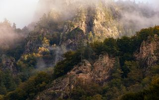 Осень и туман на скалах