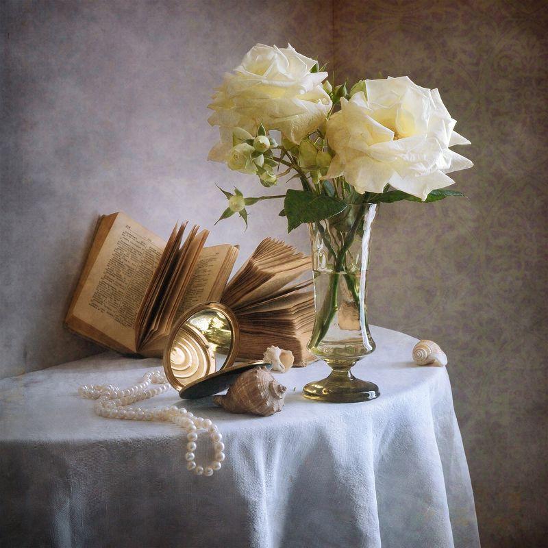 Цветочный, натюрморт, простой букет, белый, увядающий, розы, стеклянный, ваза, старый, книга, жемчужный, ожерелье, старинный, зеркало, отражения, морские раковины, скатерть, домашний, интерьер Две белые увядающие розыphoto preview