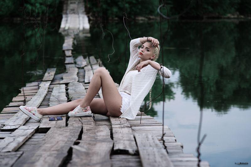 Девушка, мост, озеро, портрет. На озереphoto preview