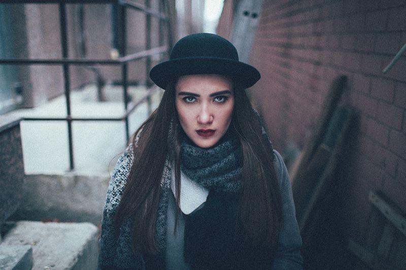 девушка, зима, дым, сигарета, подъезд, холод, окно, свет Елаизаветаphoto preview