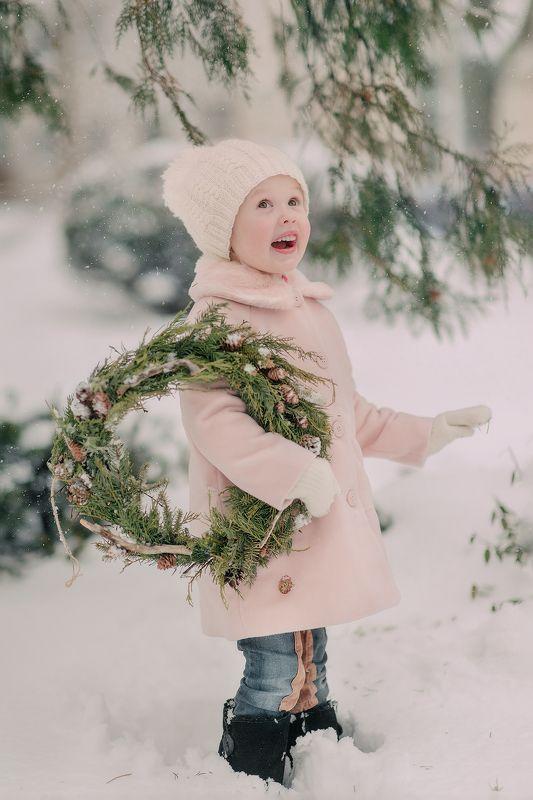 девочка, зима, снег, праздник, радость, праздник, рождество, свет, день, розовый,венок,композиция, погода,милый,ребенок ***photo preview