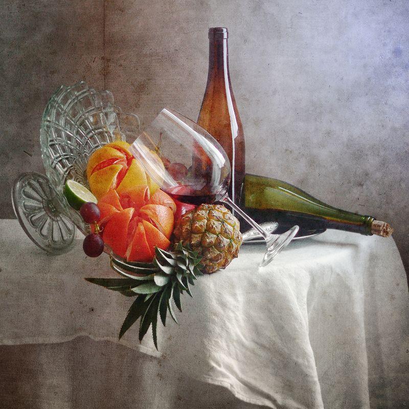 Фруктовый, натюрморт, желтыый, красный, гранат, ананас, бокал, красный, вино, зеленый, бутылка, беспорядок, белый, скатерть, домашний, интерьер Грейпфрут, ананас и стакан красного винаphoto preview