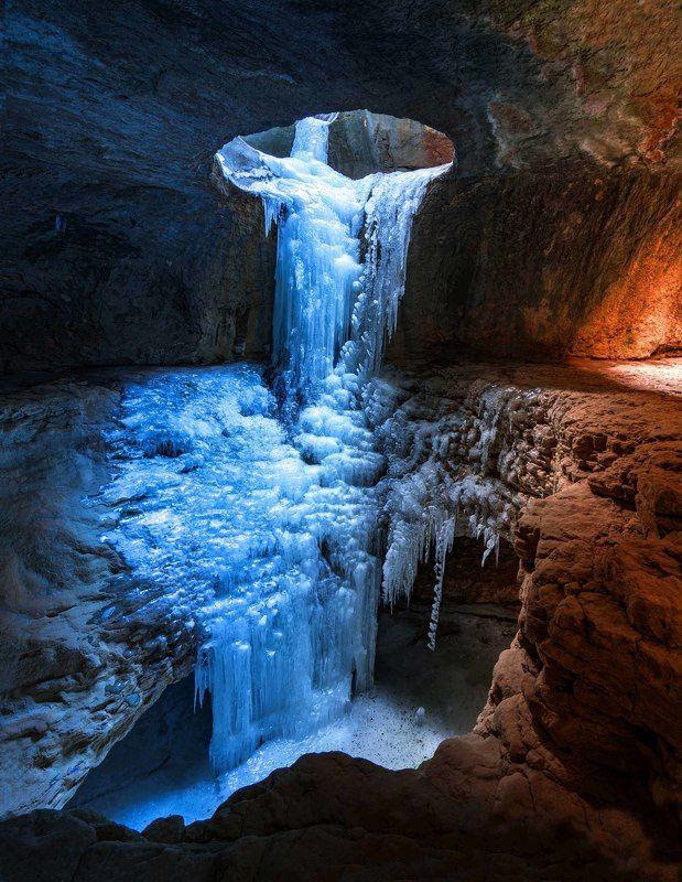 Замерзший водопад в пещере фото превью