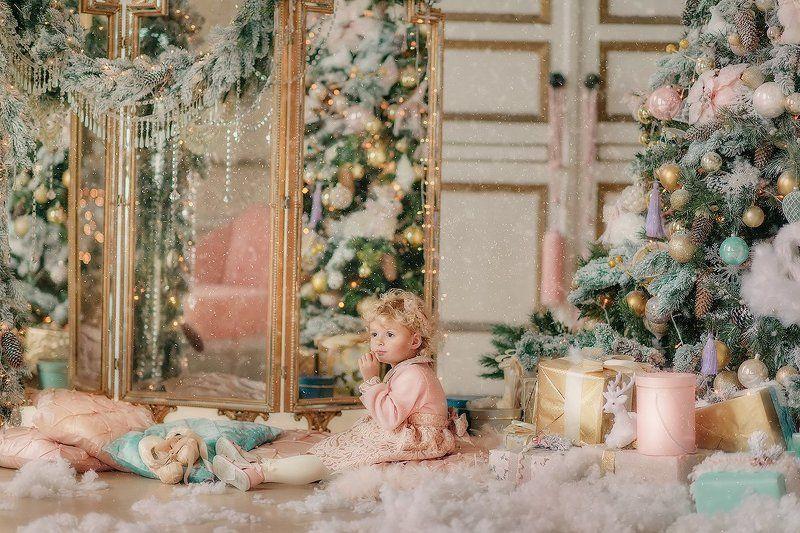Праздник, Рождество, елка, хвоя, ребенок, настроение, девочка, сюрприз, подарок, игрушки, огни ***photo preview