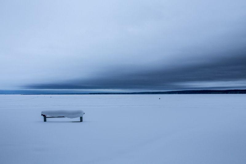зима, пасмурно, снег, простор, минимализм Пейзаж с рыбакамиphoto preview