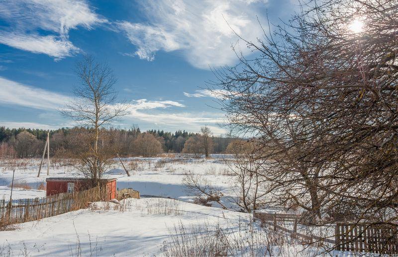 зима февраль месяц деревня околица забор сарай река берег снег столб провода лес деревья небо облака солнце сквозь ветки За околицей февральphoto preview