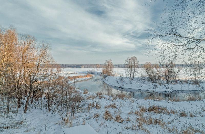 зима январь месяц пейзаж река клязьма московкая область село осеево снег трава деревья горизонт лес небо облака природа Провожая январьphoto preview