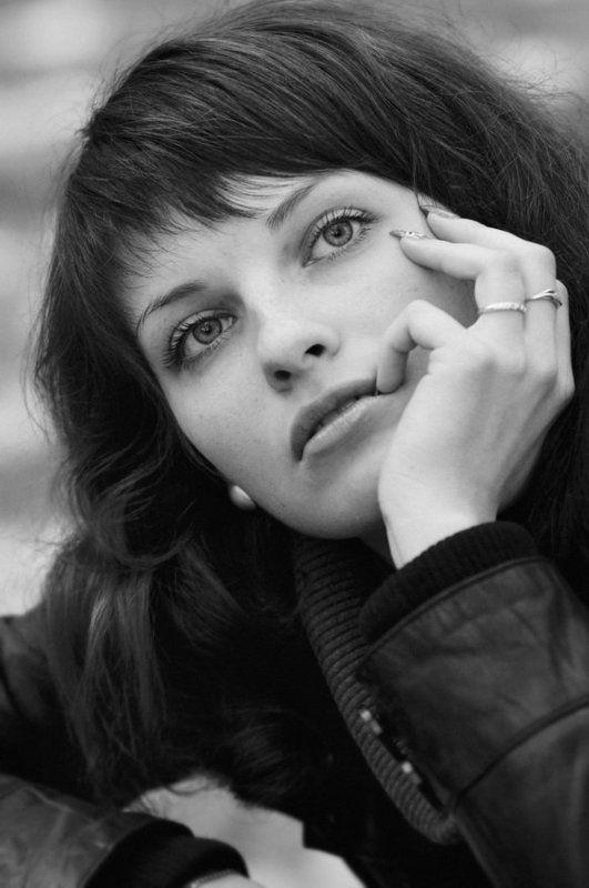 девушка, портрет, задумчивость, осень, глаза, b&w Задумалась...photo preview