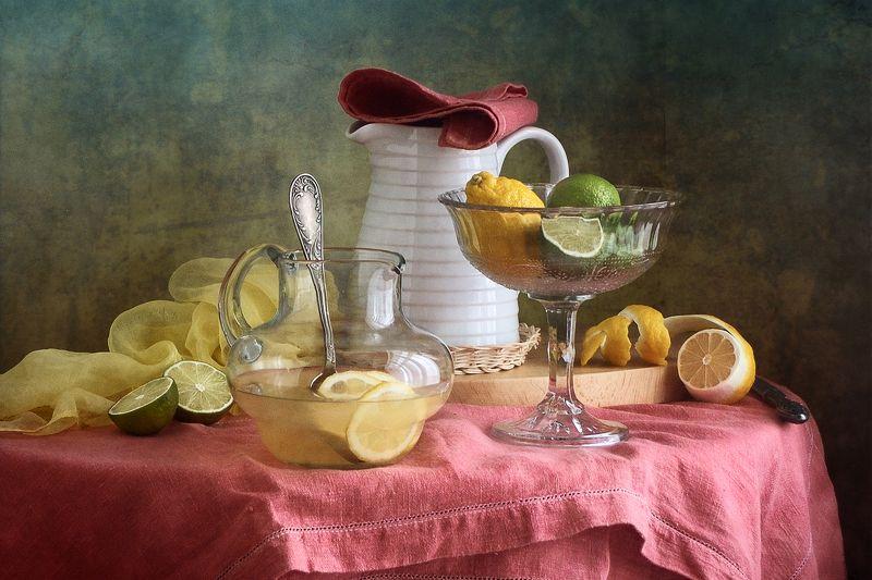 Фруктовый, натюрморт, желтымый, зеленый, цитрусовый, лимон, стеклянный, ваза, белый, кувшин, розовый, скатерть, кухня Лимонадphoto preview