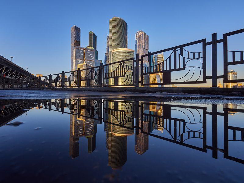 город, Москва, архитектура, небо, вода, отражение, мост, небоскреб, зима, прогулка Ситиphoto preview