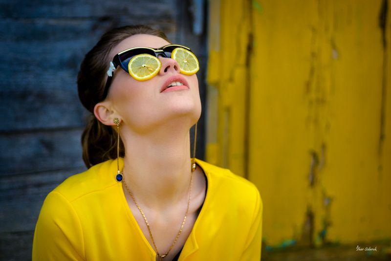 девушка, лимон, очки, цитрус, желтый, синий, стена, текстура, цепочка, кожа, зубки, настроение Лимонный день!photo preview