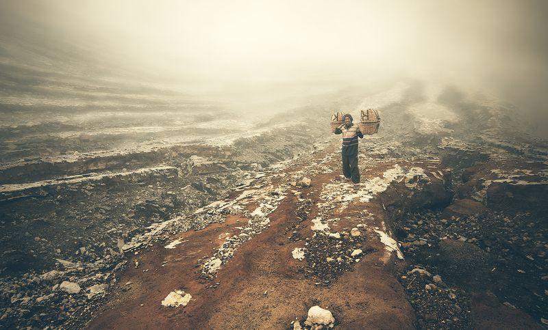 Шахтер в кратере вулкана Идженphoto preview