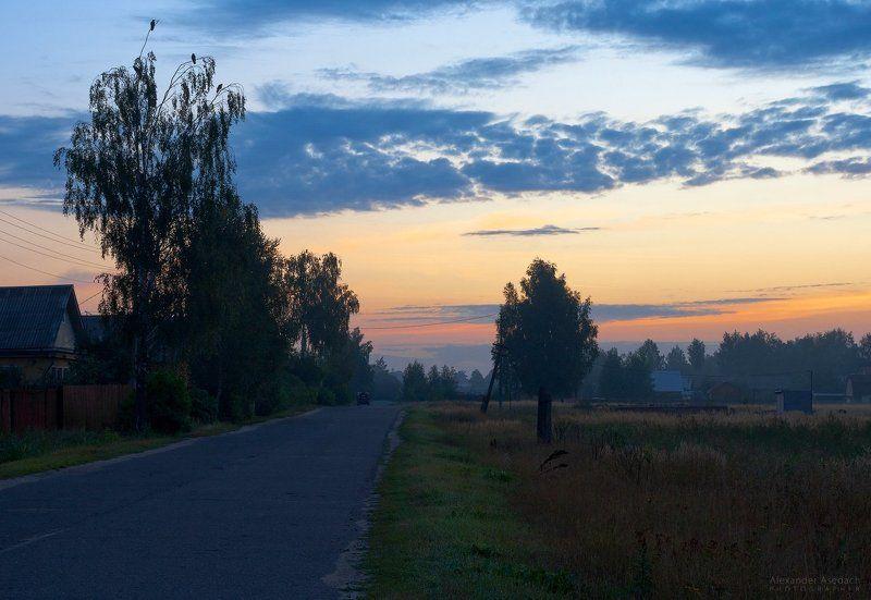 утро, туман, деревня Три ворона и машинка, везущая \