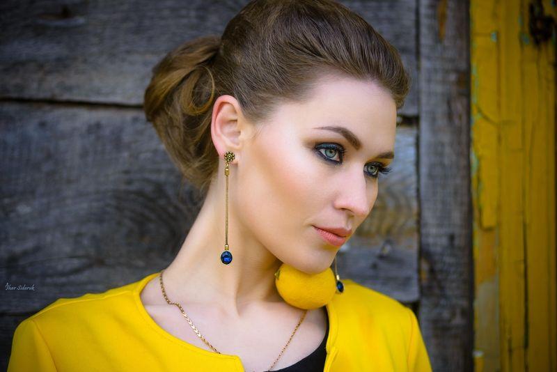 девушка, лимон, желтый, весна, стена, цепочка, взгляд, серьги, текстура, прическа, глаза Девушка с лимономphoto preview