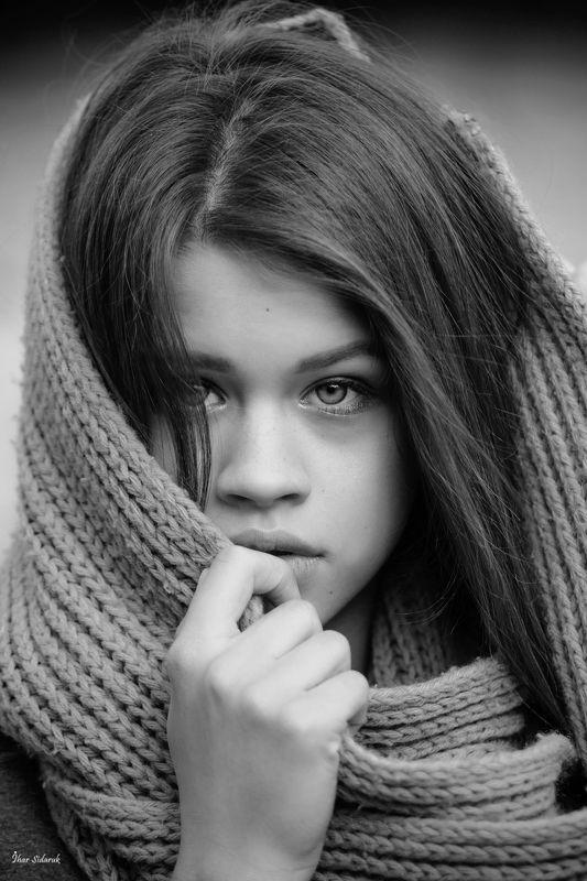 девушка, глаза, губы, пальцы, шарф, вязание, настроение, черный, белый, пробор, волосы Янаphoto preview