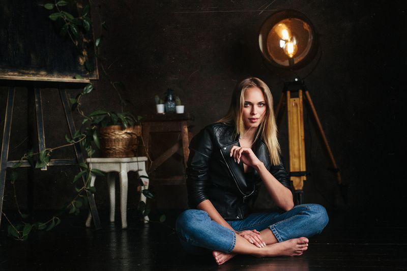 портрет, девушка, студия, красивая, молодая, красота, свет, глаза, губы, нежность, романтика, джинсы, рок, модель, beauty, studio, light, white Юляphoto preview
