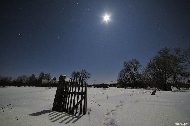 ночь, зима, деревня ничто не вечно под лунойphoto preview
