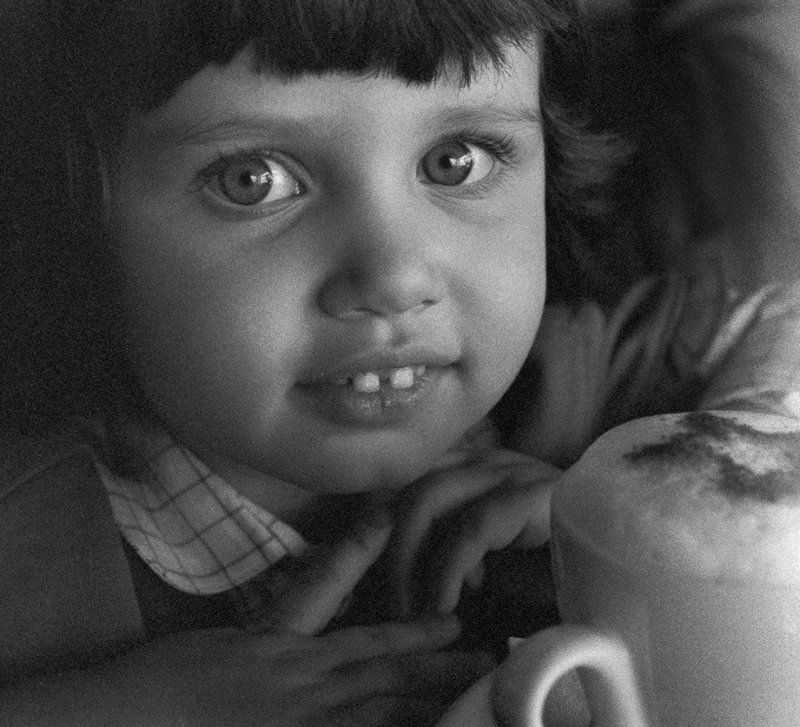 ребенок, глаза, девочка, кофе, портрет, капучино, детство, b&w Капучиноphoto preview