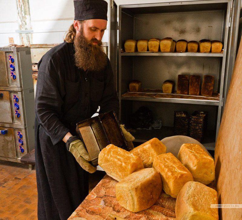 монастырь, монах, хлеб Феофан печет хлебphoto preview