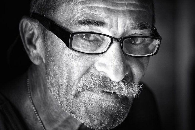 мужчина, портрет, взгляд, очки Портрет неизвестного мужчиныphoto preview