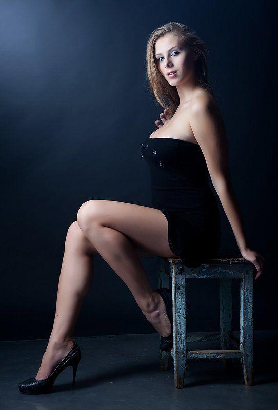 Портрет сидящей на синей Табуреточкеphoto preview