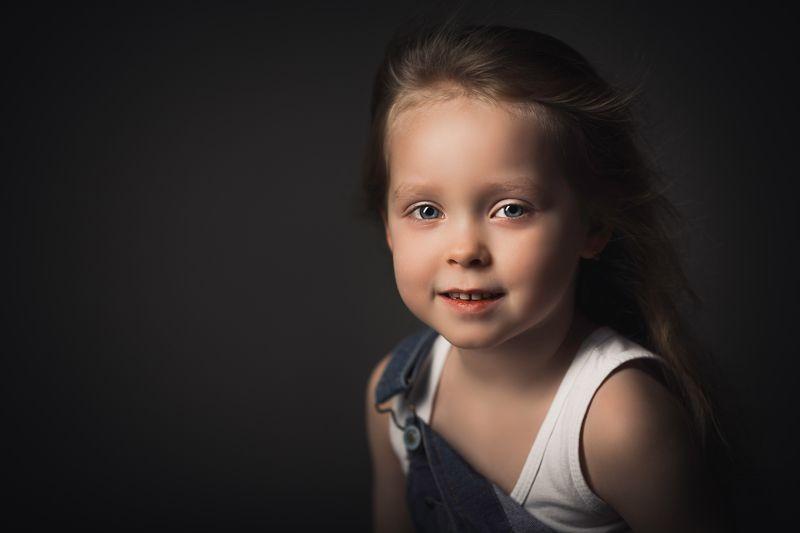 портрет девочка, длинные волосы, летящие волосы, портрет на черном фоне Ветер переменphoto preview