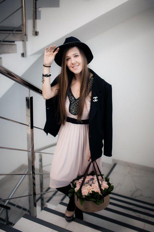 Девушка с корзиной цветовphoto preview