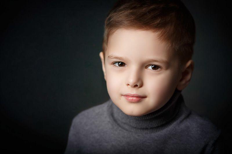 детский портрет, портрет мальчика, лицо мальчика на черном фоне, мальчик Матвейphoto preview