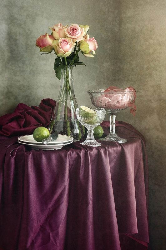 Цветочный, натюрморт, фотография, букет, пышный, розовый, розы, высокий, ваза, зеленый, цитрусовые, сложенный, шелк, фиолетовый, домашний, интерьер, цветы, ткани Букет роз в высокой вазеphoto preview