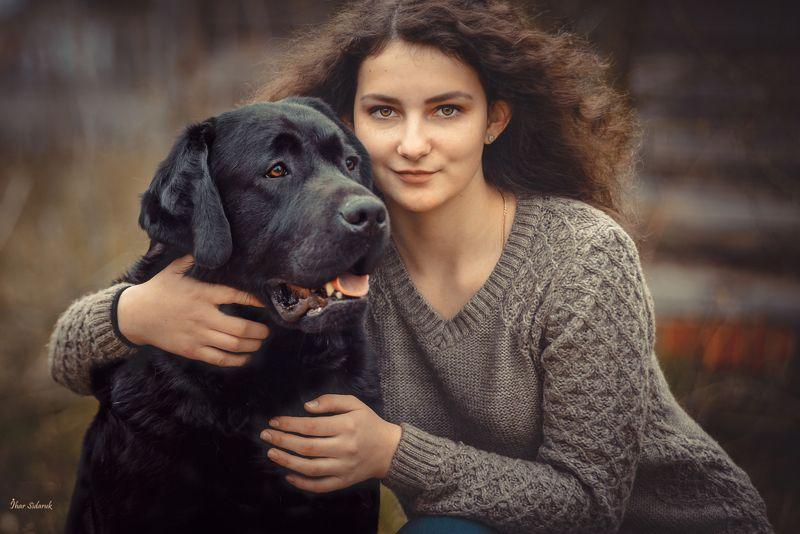 девушка, собака, лабрадор, черный, прическа, глаза, улыбка, шерсть, ямочки, желтый, взгляд, руки, губы, животное, пес Ася и Янphoto preview