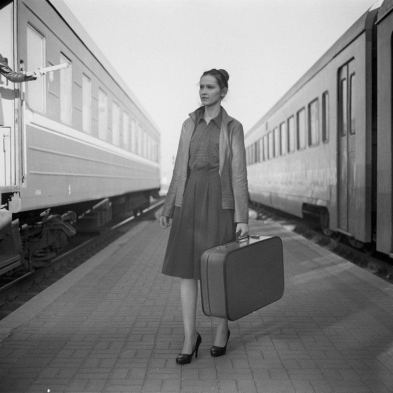 девушка, шестидесятые, ретро, железная дорогоа, поезд, вагоны, город, стрит Назад в шестидесятыеphoto preview