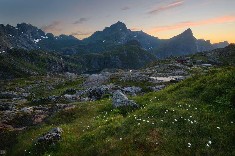 норвегия,закат,небо,озера,горы,камни,трава,цветы,хижина,приют,munkebu Королевство северных озерphoto preview