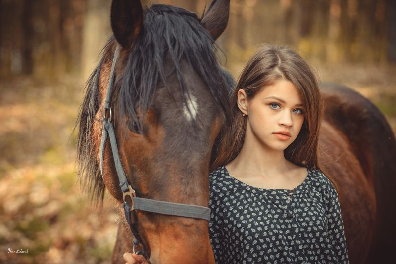 девушка, лошадь, лес, желтый, солнечный, грива, прическа, взгляд, вырез, платье, листья, трава, конь, животное Яна и Аляска-2photo preview