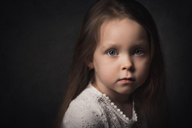 портрет девочки, девочка, портрет на сером фоне, портрет в темном ключе, ребенок, крупный портрет, детский портрет Вераphoto preview