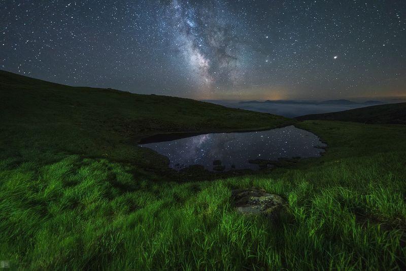 Карпаты, горы, озеро, ночь, звезды, млечный путь, камни, трава, цветы, отражение, облака, палатка Вдыхая аромат карпатской тишиныphoto preview