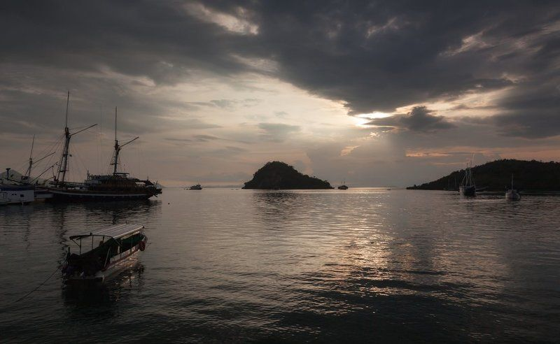 Море лодки корабли острова вечер облака Индонезия Флорес Вечер на острове Флоресphoto preview