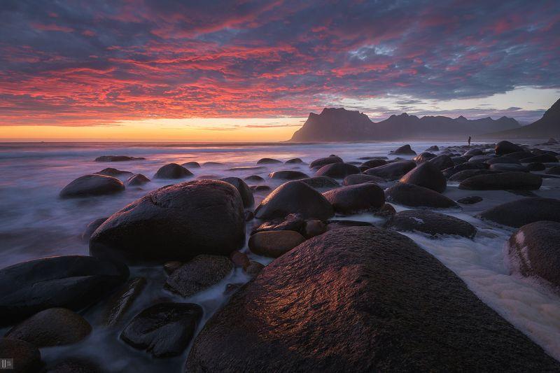 norway, горы, закат, камни, небо, норвегия, облака, пена, песок, пляж, прибой, человек, утакляйв, вествогёй, utakleiv, vestvågøy Море созерцающее песчинкуphoto preview