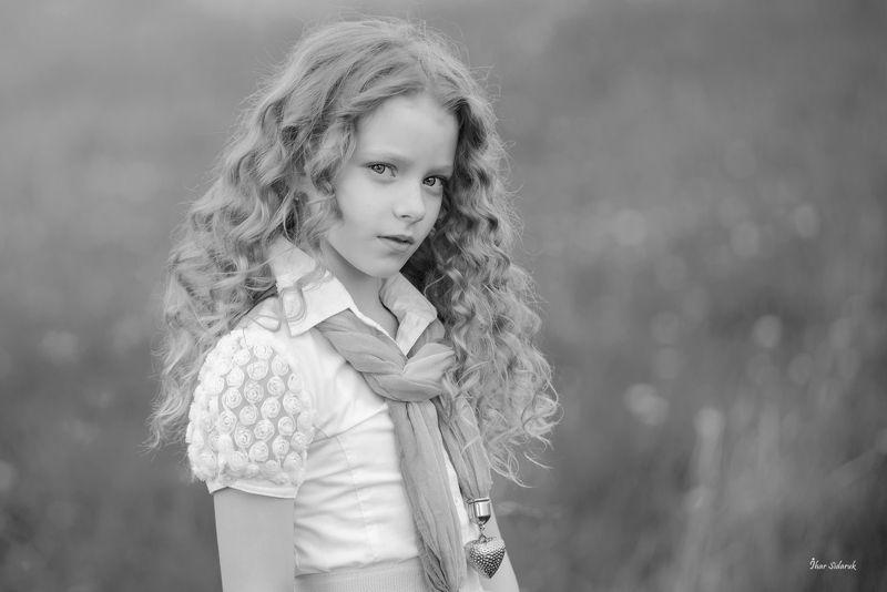 девочка, взгляд, рубашка, платок, сердечко, волосы, прическа, луг, глаза, настроение, детство, взрослость, губы, ворот Леркаphoto preview