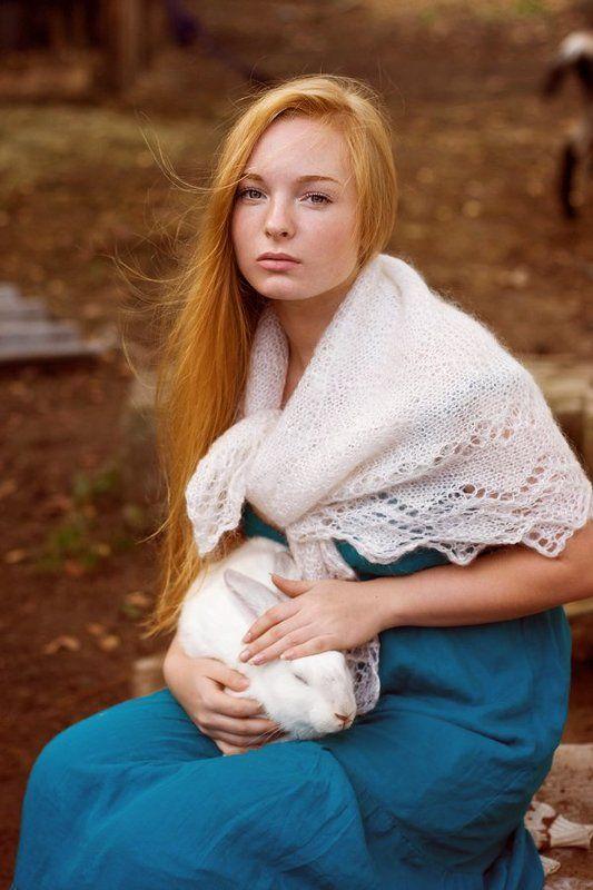Лиза и белый кроликphoto preview