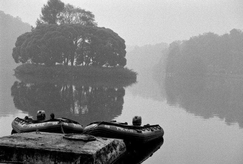 пейзаж, озеро, пруд, лодки, утро, туман, пленка, b&w Утро туманное... МЧСphoto preview