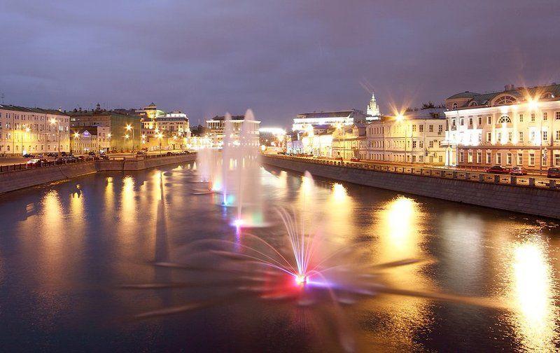 москва, мост, ночь, огни города, двое, фонтаны Первые впечатления о Москвеphoto preview