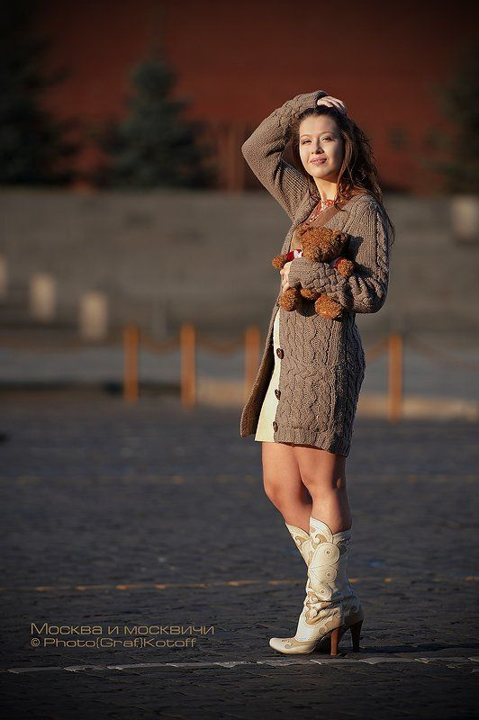 девушка, площадь, медвежонок Утро красит нежным светом.....photo preview