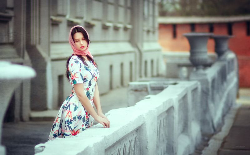 портрет,город,улица,девушка В центре большого городаphoto preview