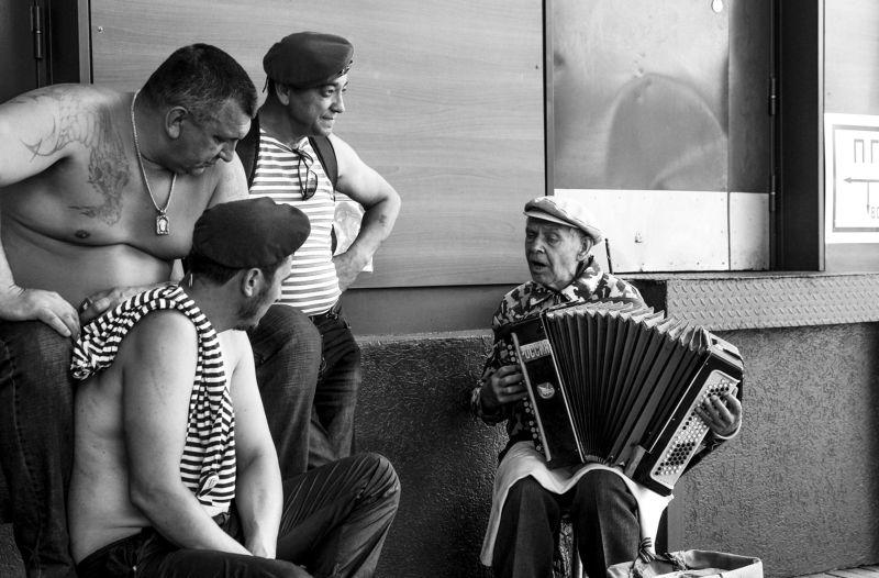стрит, черно-белое, люди, жанр, музыка, песня, мужчины, армия Вспоминая былые времена....photo preview