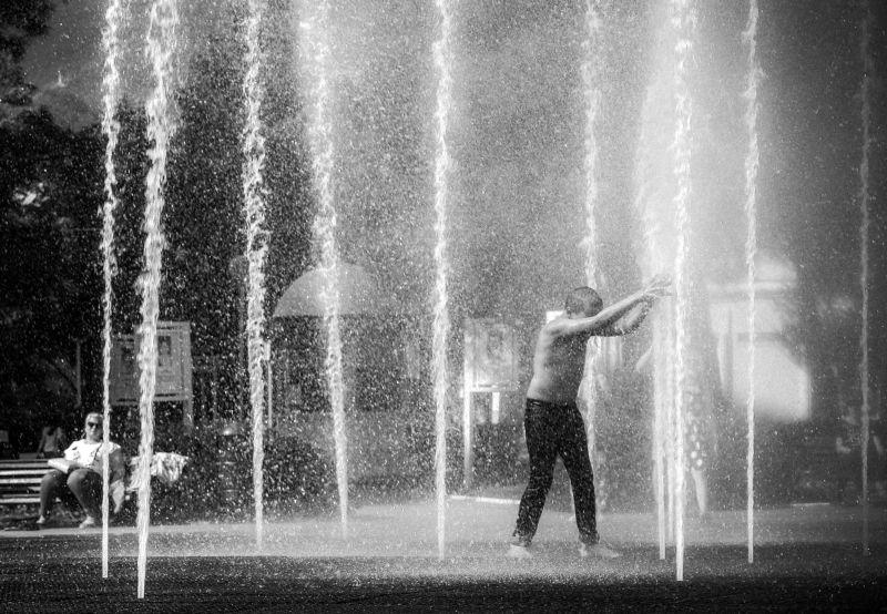 стрит, черно-белое, дети, фонтан, город, улица Порталphoto preview